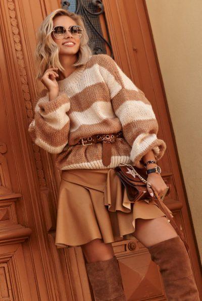 luzny-sweter-w-paski-ze-sciagaczami-bez-camel-s106