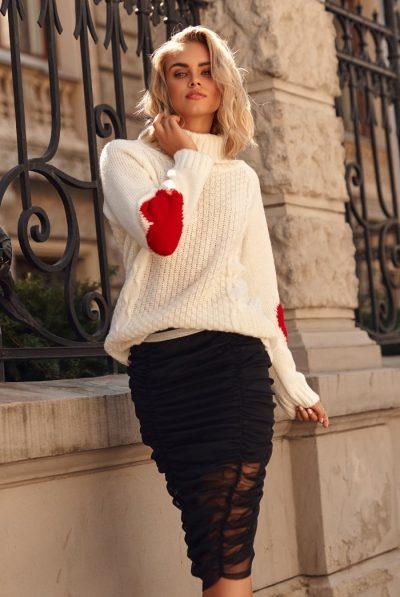 sweter-z-golfem-i-sercami-na-rekawach-ecru-s104 (1)